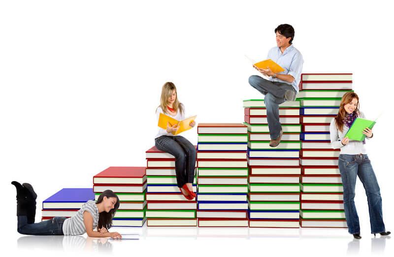 studenti čitaju i sjede na knjigama