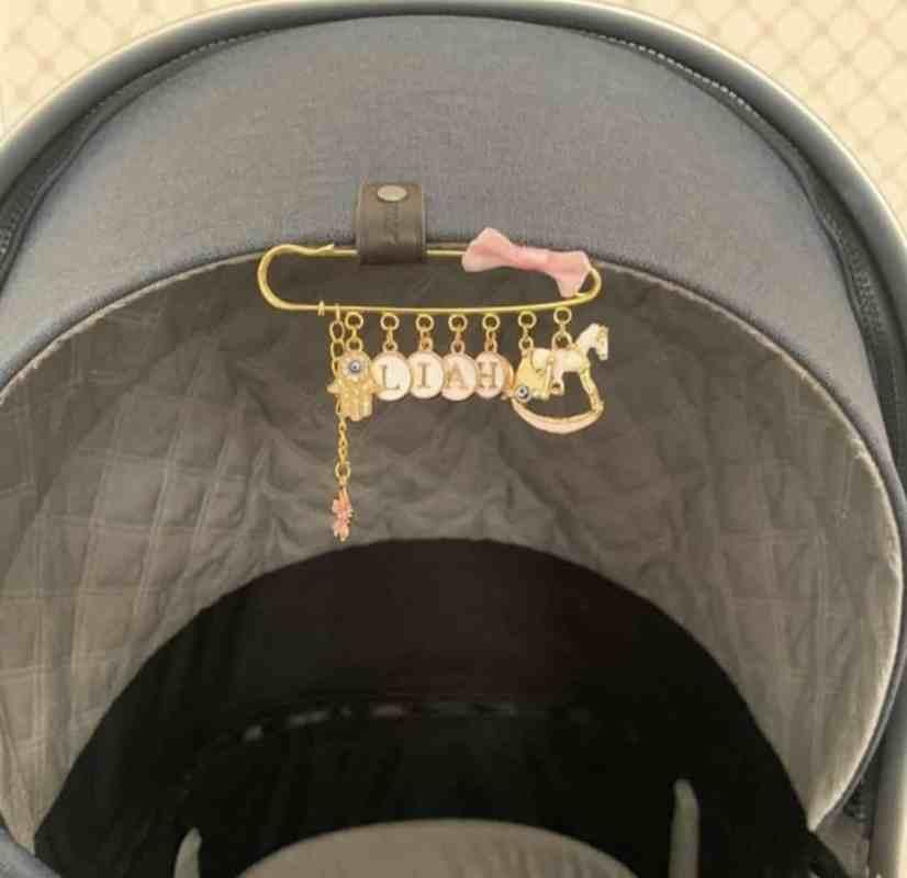 Inidividuelle Anstecknadel am Babywagen Liah Fatimashand Pferdeschaukel