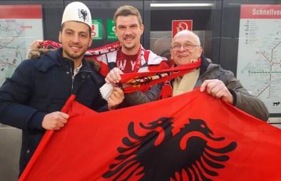 Österreich-Albanische Verbrüderung am Weg zum Stadion