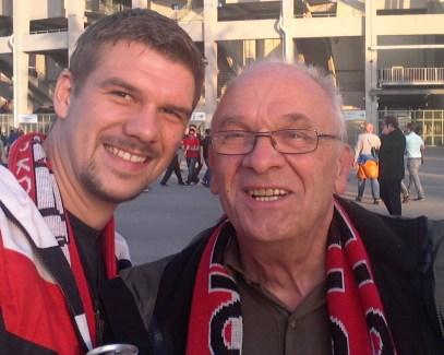 Mit Papa vor dem Stadion