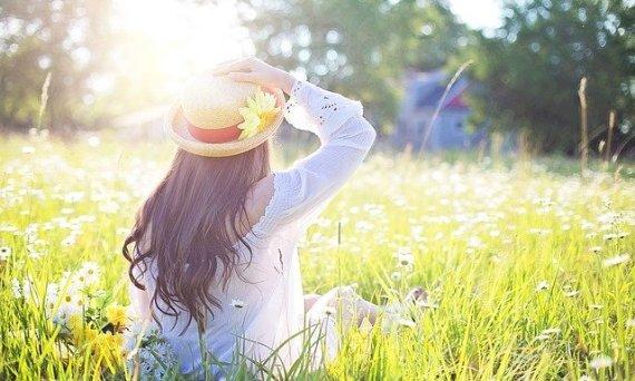 DaaromM zomernieuws - meisje in bloemenweiland