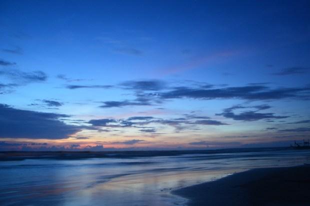 Pemandangan di Pantai menjelang Sunrise
