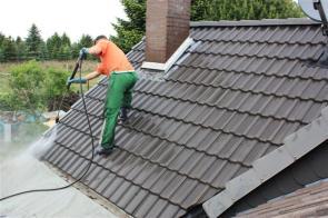 Beim Reinigen der Dachfläche