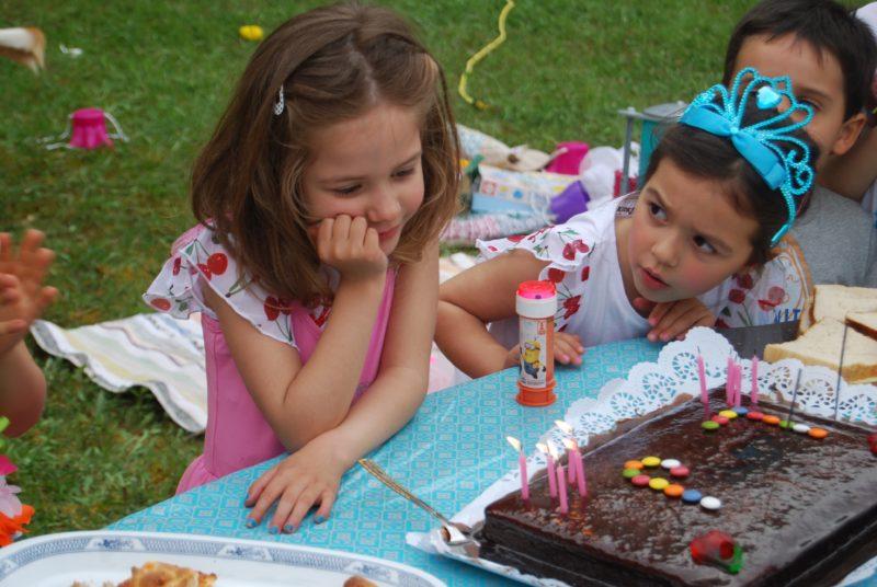 a cara da L a ver se a irmã estava a chorar ou a fingir, eheheh, e a outra com um ar tão maroto...ser gémea é tão isto!