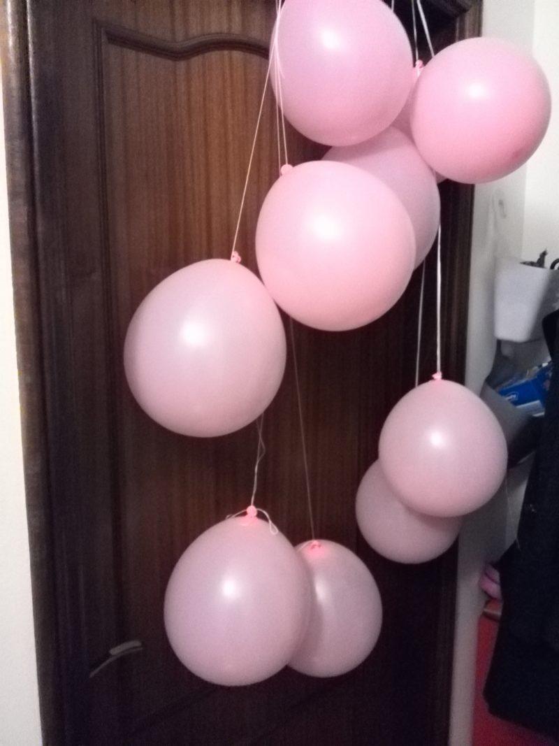 balões pendurados na porta para a surpresa de manhã