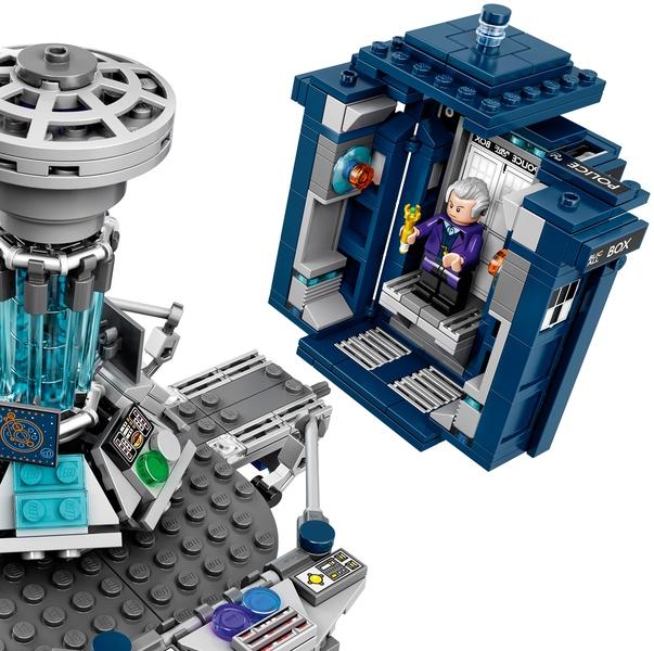 L'entrée du TARDIS se détache de la console pour se replier en TARDIS (LEGO)
