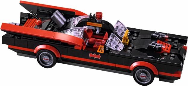 La Batmobile noir et rouge mythique de la série (LEGO)