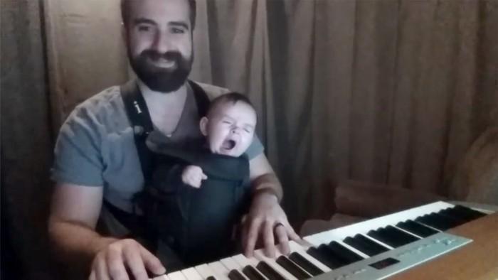 พ่อกล่อมลูกจนหลับ
