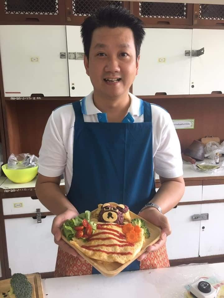 พ่อทำอาหารให้ลูก