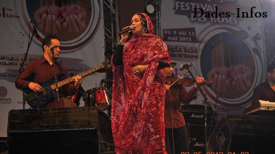 رشيدة طلال تهدي أغانيها الأمازيغية لجمهور قلعة مكونة في سهرة إفتتاح مهرجان الورود