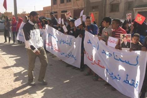 وقفة احتجاجية أمام مقر جماعة سوق الخميس دادس للمطالبة بسراح معتقلي آيت مهدي وتسلي