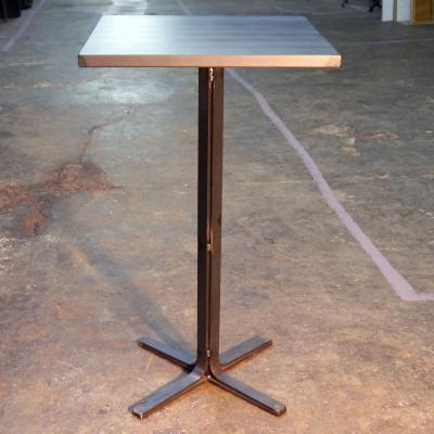 Mesa Detroit 110 estructura en hierro barnizado con sobre de 70x70cm de zinc