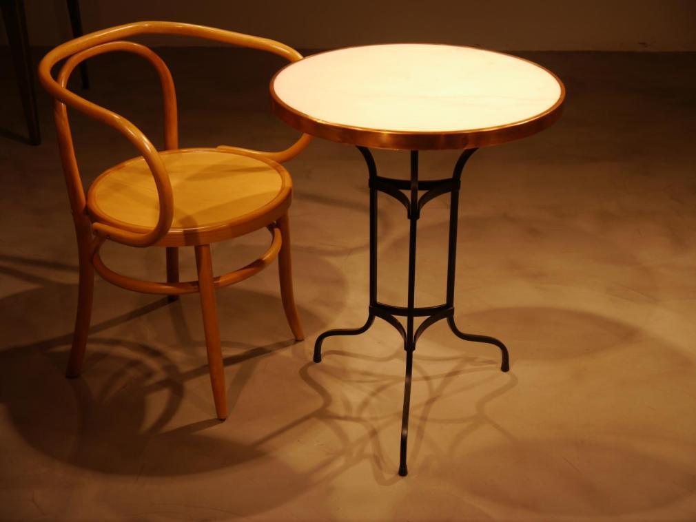 Mesa Pigalle acompañada de sillón acabado natural mod.8000