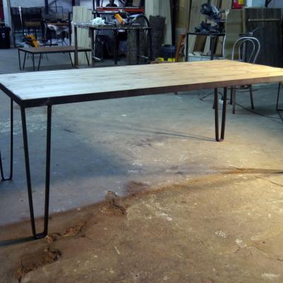Mesa born de 180x90 en hierro negro y con madera de pino alistonada insertada 180x90cm h-75