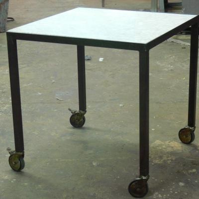Mesa Neo hierro pintado óxido con sobre mármol insertado con ruedas 70x70cm