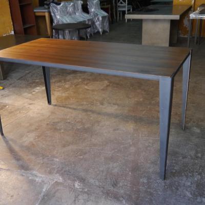 Mesa VIC en hierro negro sobre de madera pino envejecido insertado 180x90cm H-75