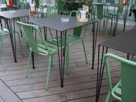 Instalación de mesa trinca sobre de plancha de 70x70cm pintado manganeso combinada con silla rochelle lamas en color verde.