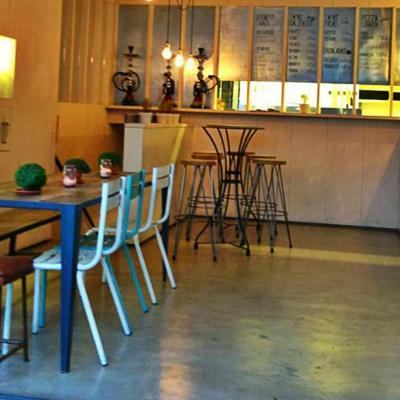 Instalación de mesa ar c110 plancha con taburetes Dalton asiento madera