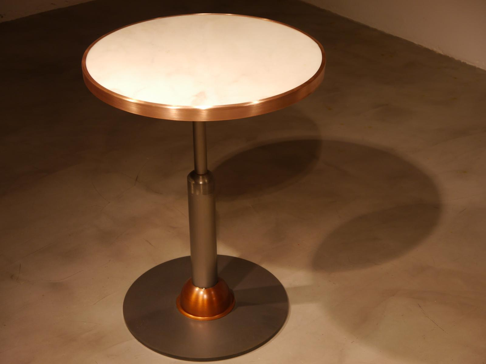 Mesa Malcontenta con adorno en cobre con sobre de mármol de 56cm y aro cobre