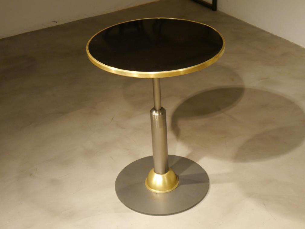 Mesa Malcontenta con adorno de laton y sobre de nogal 60x60cm