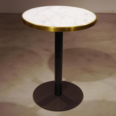 Mesa Disco pie pintado negro con sobre marmol de 56cm y aro latón