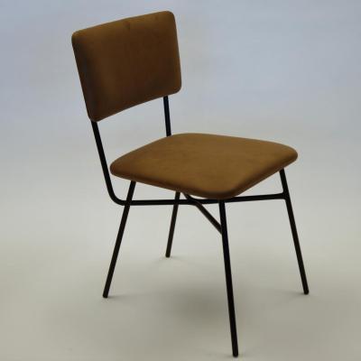 Silla Pals estructura en negro con asiento y respaldo tapizado en marron