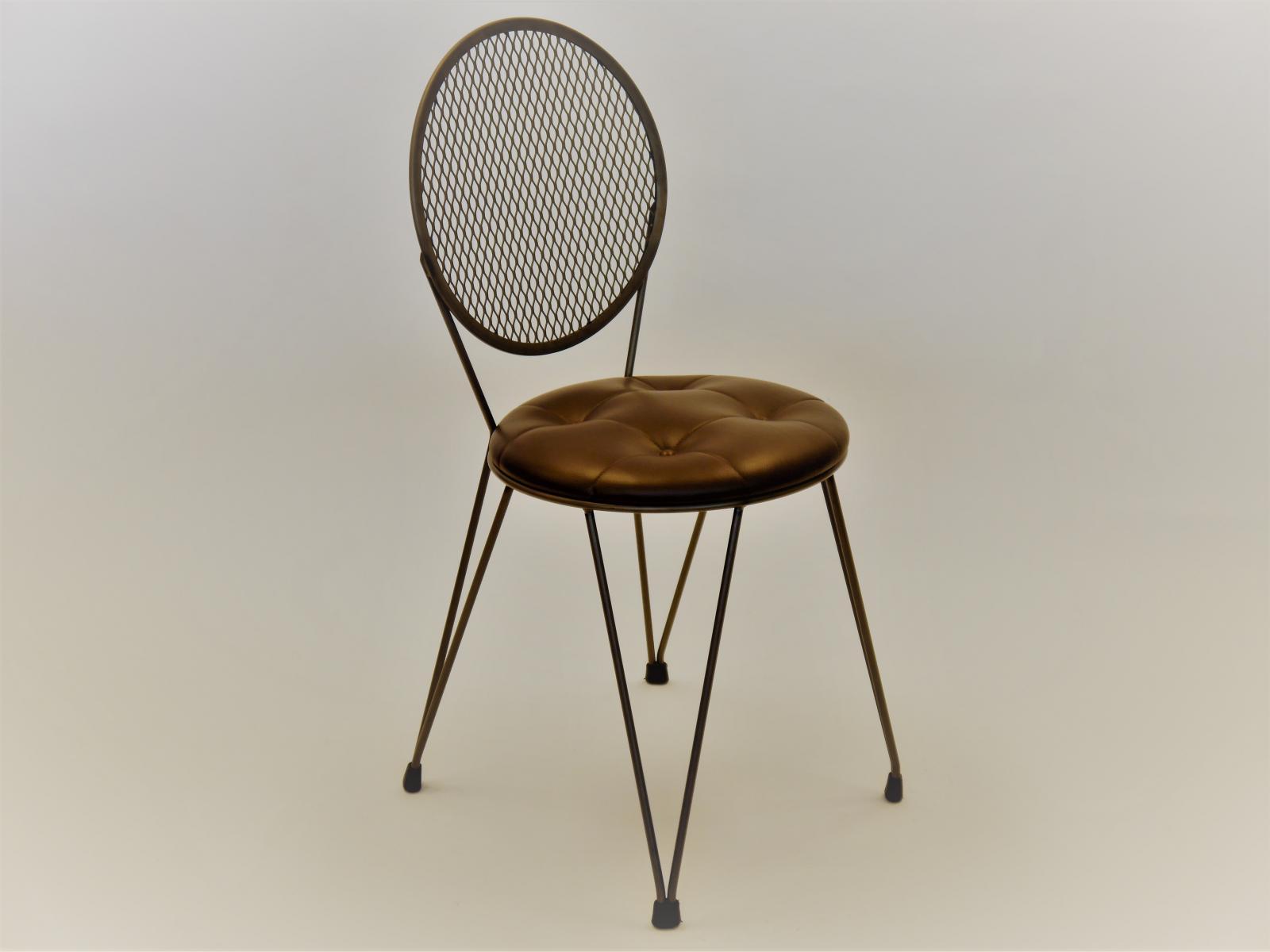 Silla Mariona en hierro natural con asiento en piel con capitone y botones