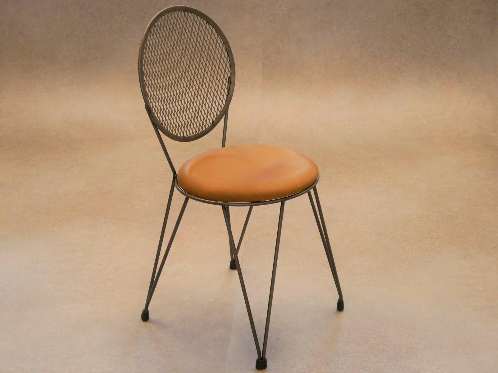 Silla mariona con asiento tapizado en piel a la cera estructura en hierro natural barnizado