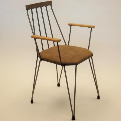 Sillón Teia hierro barnizado con asiento piel anticuario apoyabrazos de roble
