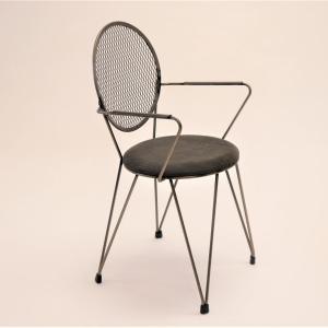 Sillón Mariona estructura en hierro barnizado y asiento tapizado en pana negra