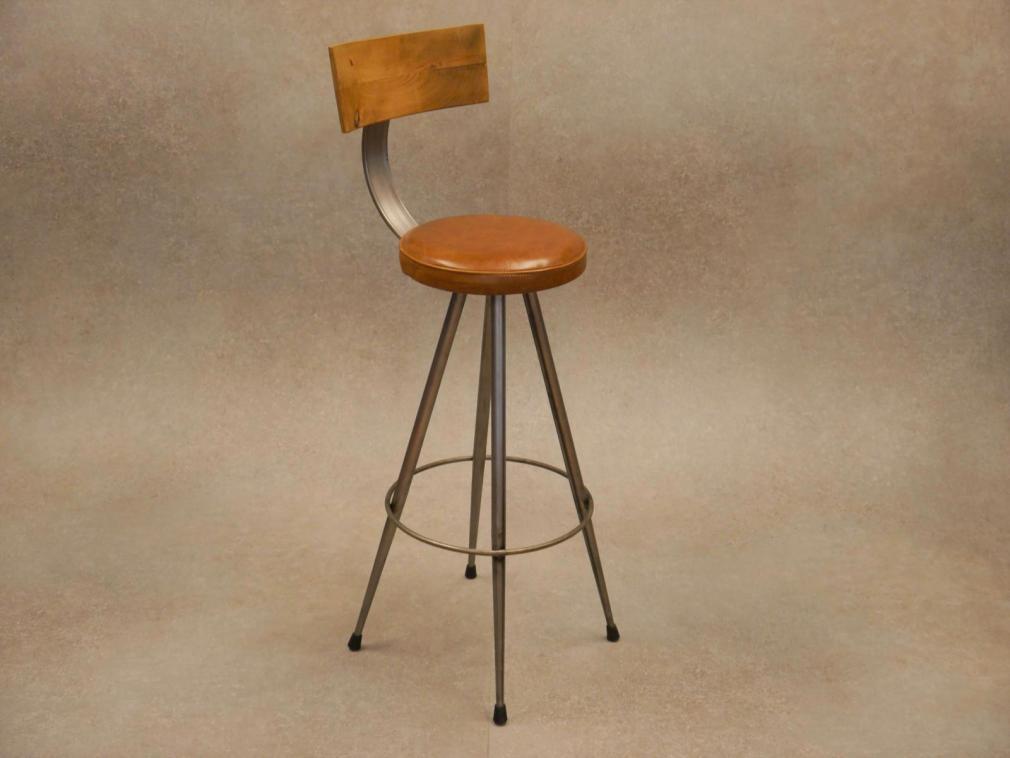 Taburete Cónico respaldo de madera de pino viejo, estructura hierro barnizado asiento piel a la cera