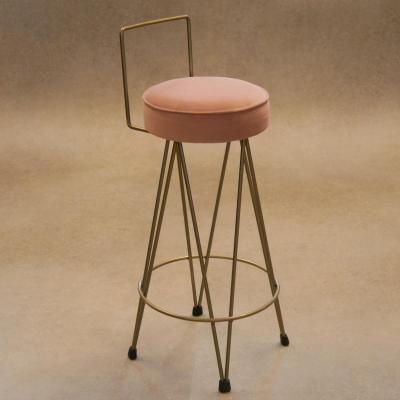 Taburete Dopey con respaldo de 15cm en dorado con asiento en tejido terciopelo morado de 10cm espesor