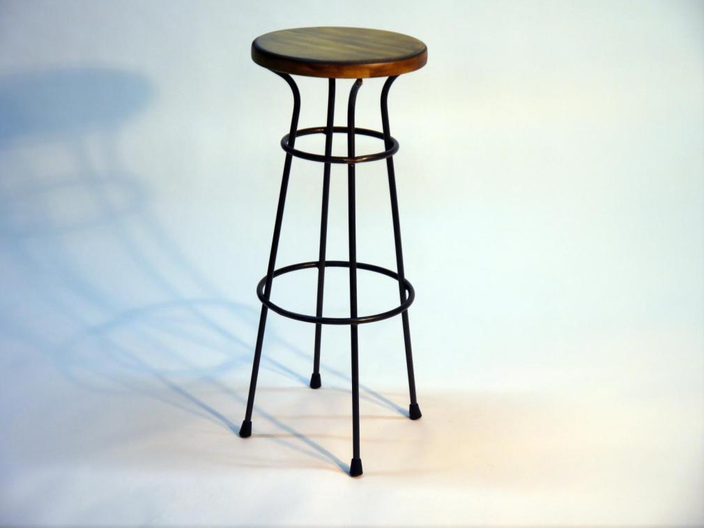 Taburete Dalton estructura hierro asiento en madera decapada