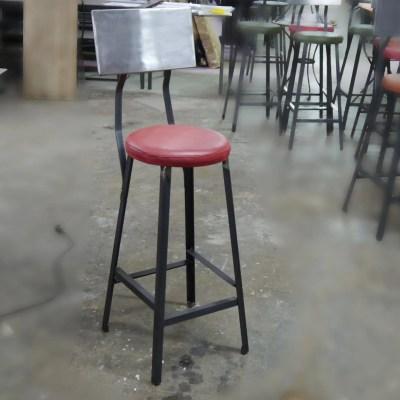Taburete industrial con asiento cuero rojo y respaldo hierro