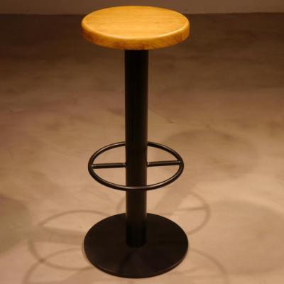 Taburete Vool pie central pintado negro asiento de roble.
