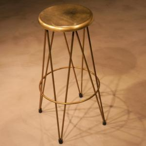 Taburete Dopey con estructura en dorado y asiento de latón