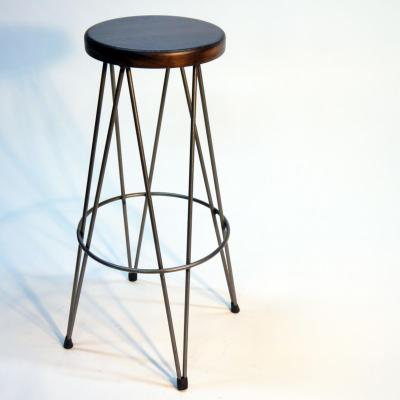 Taburete Dopey estructura hierro asiento roble acabado nogal