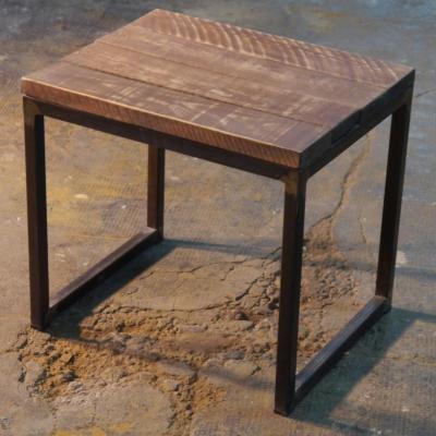 Banqueta U estructura en óxido con tablen de madera envejecida patina gris