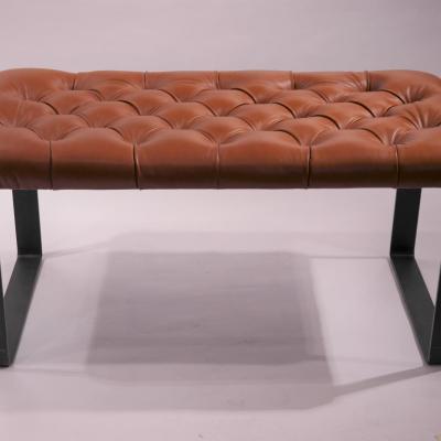 Banqueta Ligne H-45 estructura hierro negro barnizado asiento tapizado en piel y capitone100x50