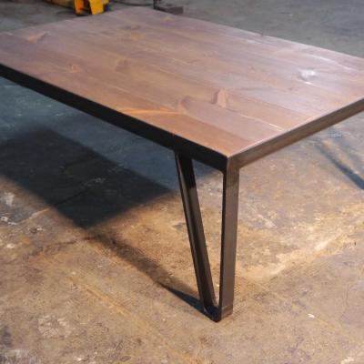 Mesa Born en hierro natural y madera de pino tenida en roble de 100x70