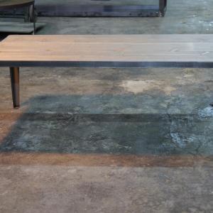 Mesa Vic H-45 con sobre de madera pino viejo de 100x70cm