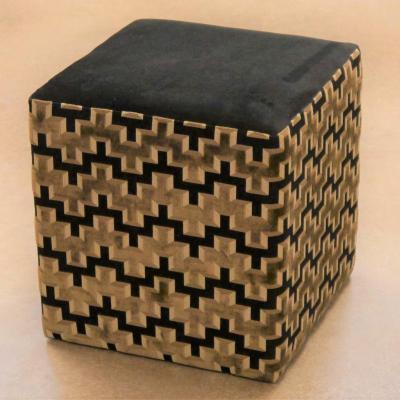 Puff cuadrado H-45 tapizado en combinación de tejidos.