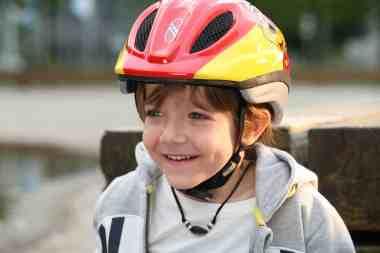 Dziecko nosi kask rowerowy