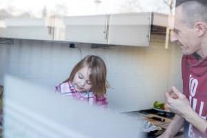 kindje en vader in de keuken