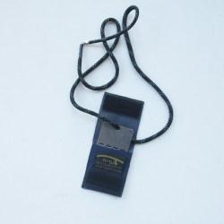 כיסוי דיסקית שחור עם שרשרת משופצרת מנוקד כחול