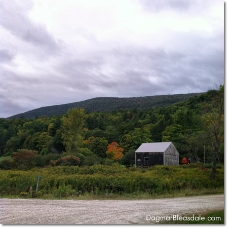 barn in fron of Vermont mountains