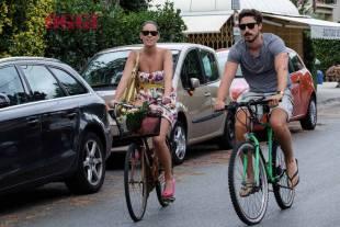 Maria Elena Boschi, dopo la spiaggia un bel giro in bicicletta per le vie di Marina di Pietrasanta con il fratello Emanuele (da Oggi)