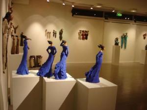Ingun Dahlin utstilling blå stående dame