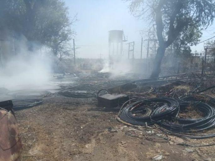 ગોડાઉનમા પડેલા વાયરોમાં એકાએક આગ લાગી - Divya Bhaskar