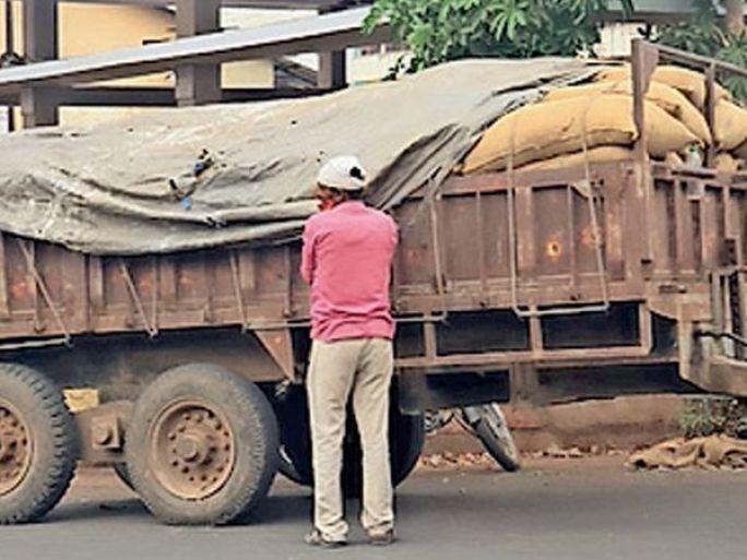 દાહોદ શહેરમાં વહેલી સવારથી એકાએક વાતાવરણમાં પલટો જોવા મળ્યો હતો. વરસાદની આશંકાએ લોકોએ અનાજને ઢાંકી દીધું હતું. - Divya Bhaskar
